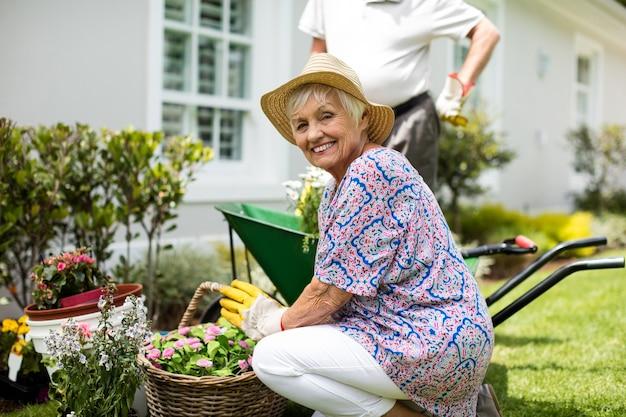 Älteres paar, das zusammen im hinterhof arbeitet