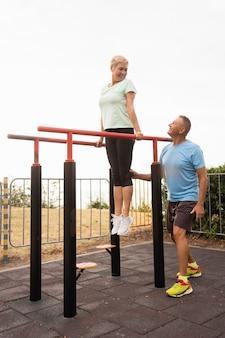 Älteres paar, das zusammen im park trainiert
