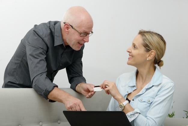 Älteres paar e-shopping im internet