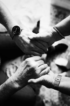 Älteres paar händchen haltend zusammen