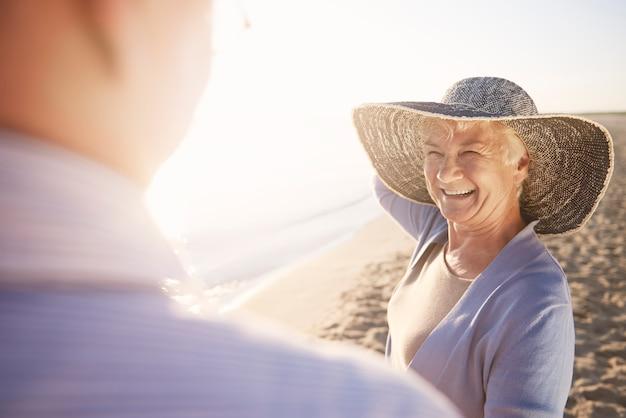 Älteres paar im strand-, ruhestands- und sommerferienkonzept