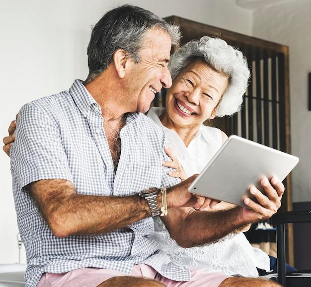 Älteres paar mit einer tablette