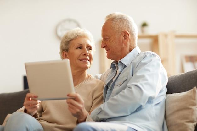 Älteres paar mit tablette