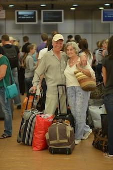 Älteres paar mit taschen am flughafen