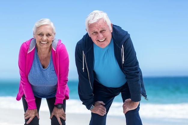 Älteres paar müde nach dem laufen