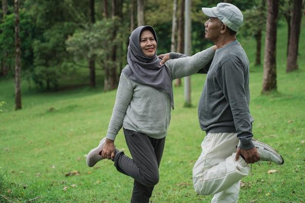 Älteres paar muslime, die ihr bein strecken