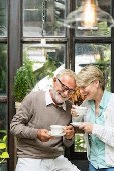 Älteres paar-nachmittag-tean tean drinking entspannen sich konzept