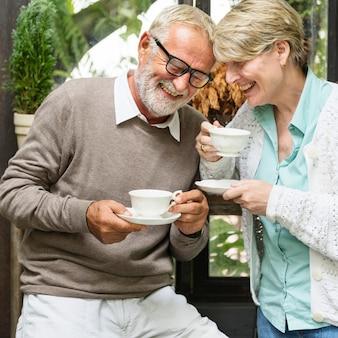 Älteres paar-nachmittag-tean tean drinking relax concept