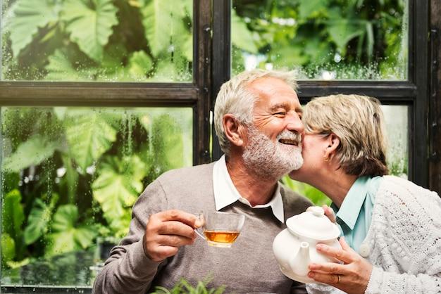 Älteres paar-nachmittagstee-trinken entspannen sich konzept