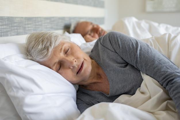 Älteres paar schläft