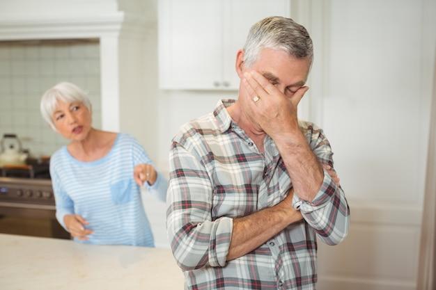 Älteres paar streiten sich miteinander