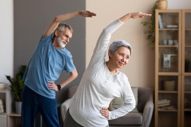 Älteres paar trainiert zusammen