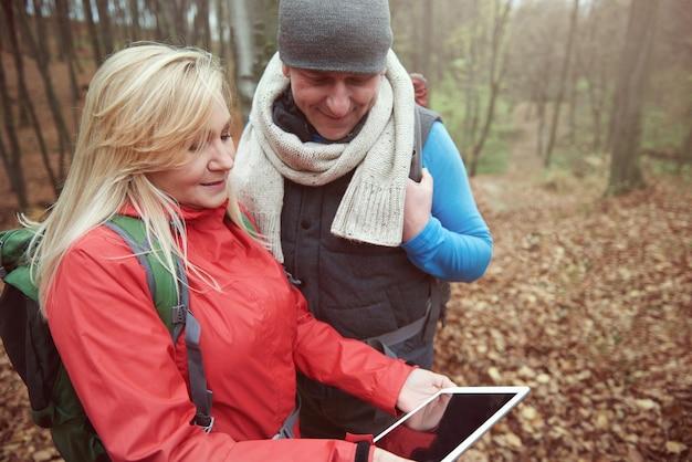 Älteres paar und digitales tablet