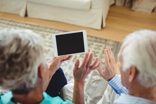 Älteres paar video-chat auf digitalem tablet
