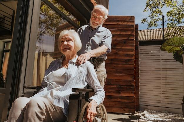 Älteres paar zu hause partner, der aus dem krankenhaus zurückkommt