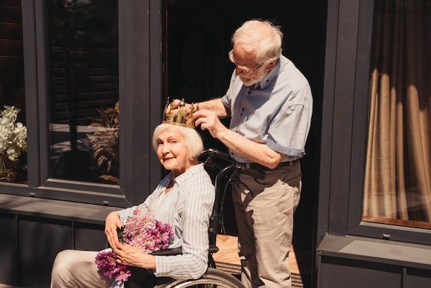 Älteres paar zu hause partner, der in der rekonvaleszenz aus dem krankenhaus zurückkommt