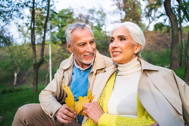 Älteres paarporträt im park