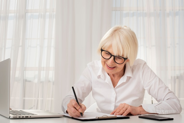 Älteres schreiben auf einem klemmbrett