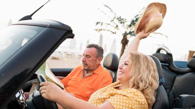 Älteres touristenpaar im urlaub im auto