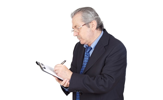 Ältergeschäftsmann, der über weißem hintergrund schreibt