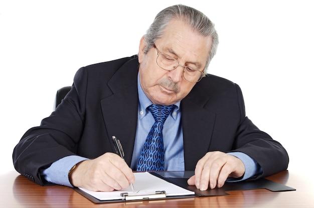Ältermann, der a über weißen hintergrund schreibt