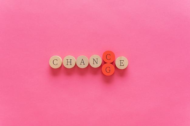 Ändern des wortes ändern in zufall über rosa hintergrund