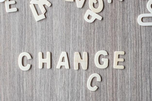 Ändern sie und chance wort von buchstaben des hölzernen alphabetes. geschäfts- und ideenkonzept