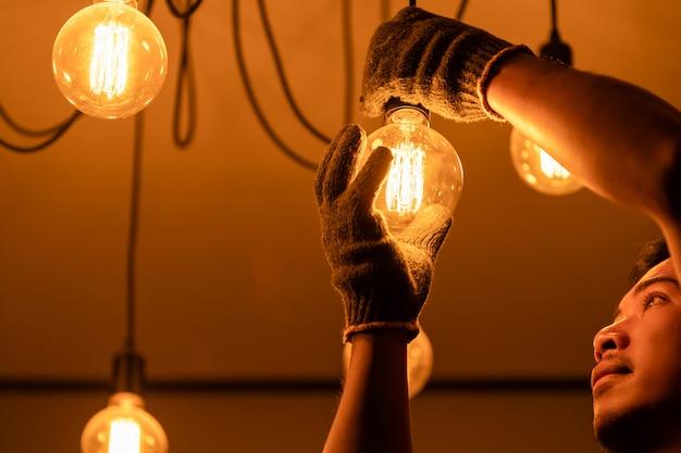 Ändernde glühlampe des hausbesitzers weinlese