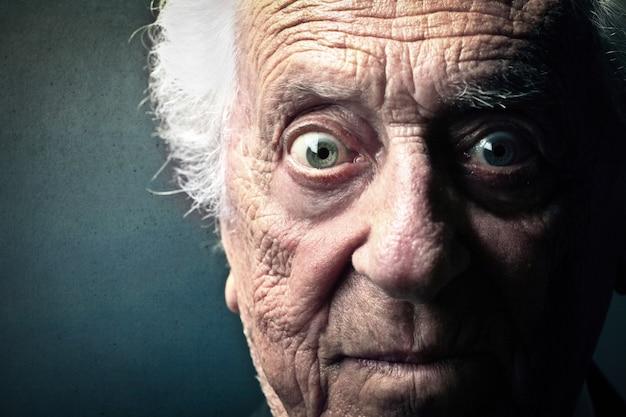 Ängstlicher ausdruck eines alten mannes