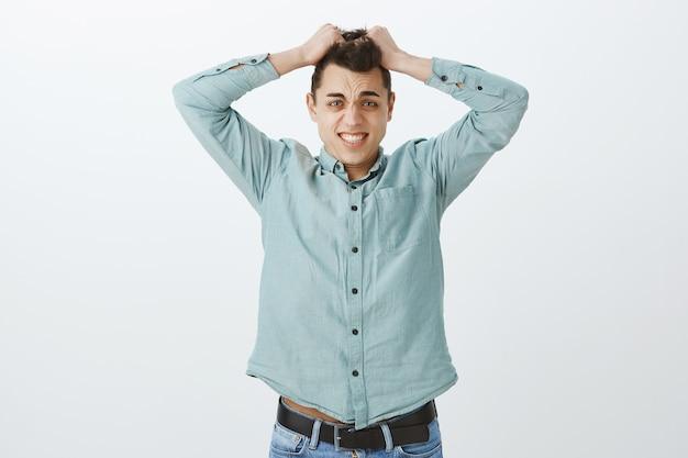 Ängstlicher überwältigter erwachsener mitarbeiter im freizeithemd