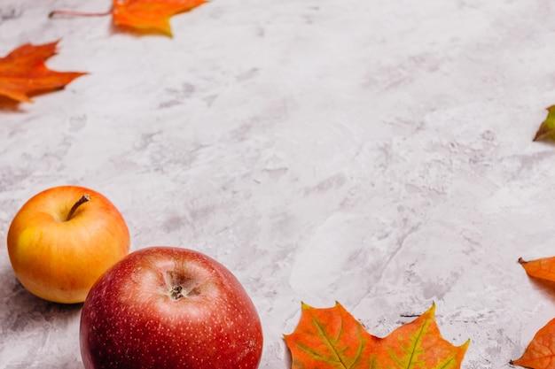 Äpfel auf betonoberfläche