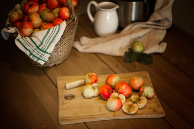 Äpfel auf dem tisch für eine frische saftherstellung. gesundes ernährungskonzept.
