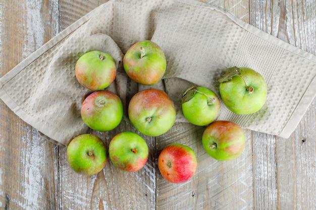 Äpfel auf holz und küchentuch ..