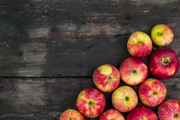 Äpfel auf holztisch. hintergrund der frischen frucht mit leerem