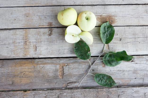 Äpfel auf holztisch, konzept des herbstes äpfel erntend