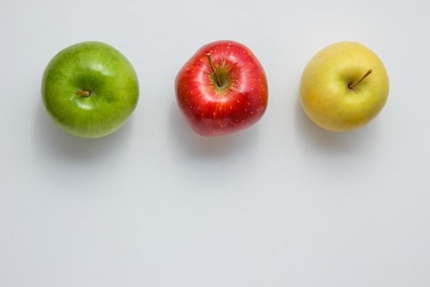 Äpfel auf weißem grund. draufsicht. platz für text
