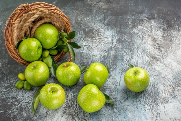 Äpfel die appetitlichen grünen äpfel im korbseil
