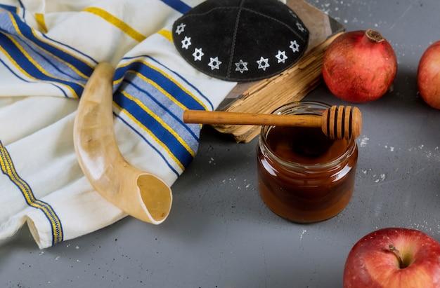 Äpfel, granatapfel und honig für rosch haschana tora buch, kippa ein yamolka talit