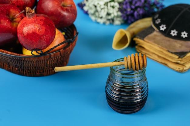 Äpfel, granatapfel und honig für rosch haschana tora buch, kippa und yamolka
