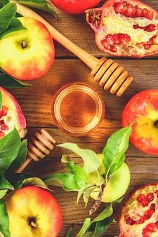 Äpfel, honig, granatapfel.