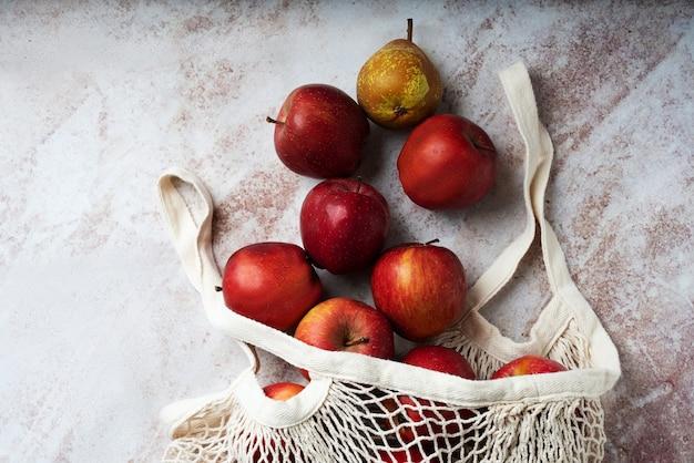 Äpfel in der netztasche. nachhaltigkeit und bewusstes konsumkonzept. draufsicht. flache lage