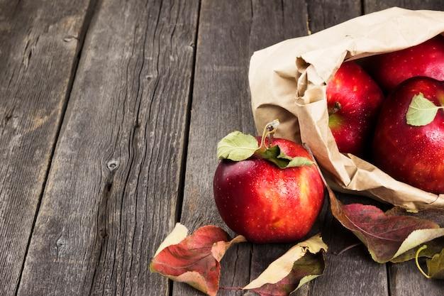 Äpfel in papierverpackung