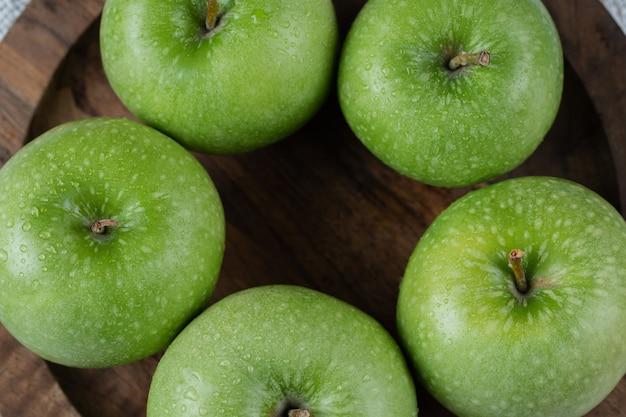 Äpfel isoliert auf einer rustikalen holzplatte