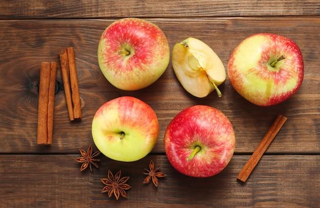 Äpfel mit anis und zimt draufsicht auf den hölzernen hintergrund