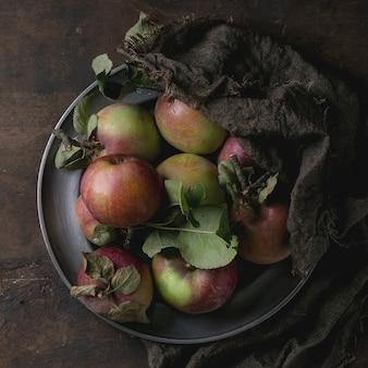 Äpfel mit blättern