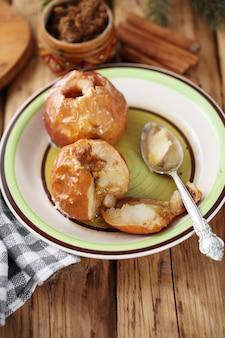 Äpfel mit zimt und rohrzucker
