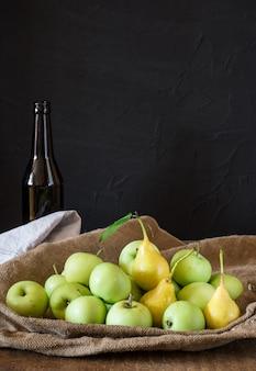 Äpfel und birnen. äpfel in schüssel. gartenfrüchte. gesund. vegetarier. diät. apfelwein