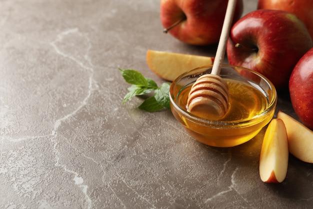 Äpfel und honig auf grau, platz für text