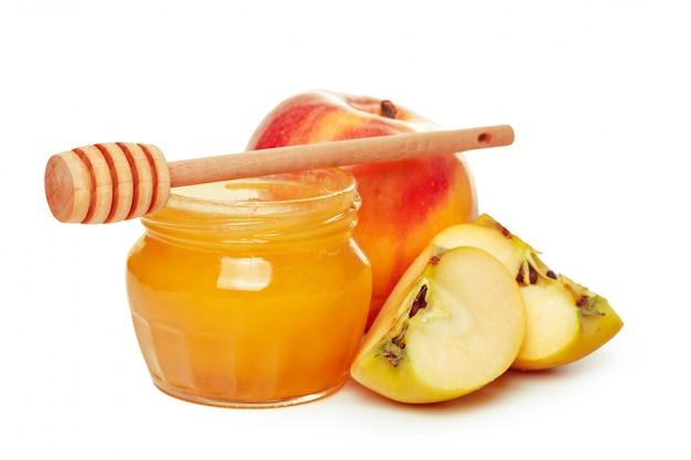 Äpfel und honigglas für den jüdischen feiertag des neuen jahres lokalisiert