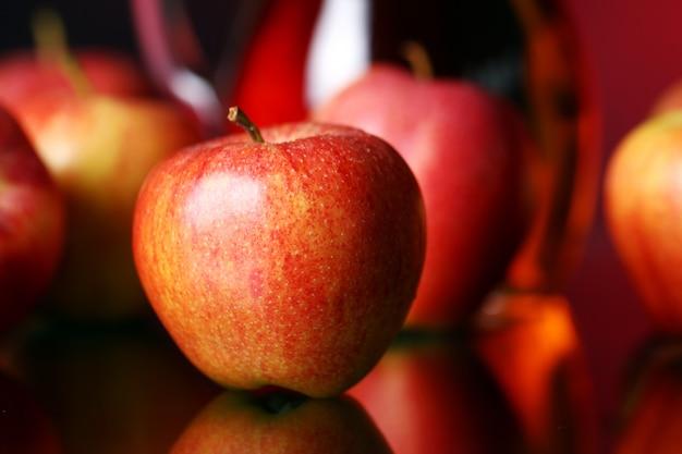 Äpfel und krug mit saft
